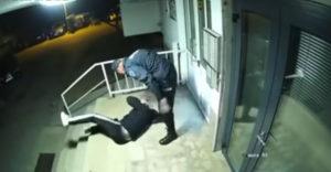 A rendőr megvert egy férfit, mert az megszegte a kijárási tilalmat (Bosznia Hercegovina)