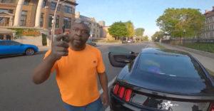 A biciklis illedelmesen megkérte az agresszív autóst, hogy ne parkoljon a kerékpárúton