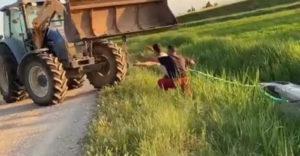 Na most kit hívjunk? A traktoros ki akarta húzni az autót az árokból