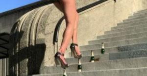 A nő magassarkú cipőkben sétált a pezsgősüvegeken. (És sikerült neki)