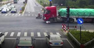 Vajon ki volt a hibás? A kamion elgázolta a robogóst