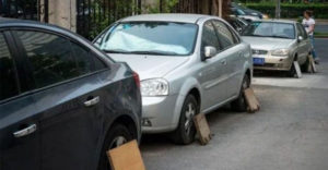 Ezért takarják el egy darab deszkával Kínában és Japánban az autótulajdonosok a parkoló autók kerekeit