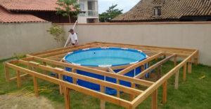 Vett egy egyszerű medencét a szupermarketben, amit deszkákkal körbeépített az udvaron. Látványos a végeredmény