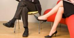 Gyakran ülsz keresztbe tett lábakkal? – Ezért ne tedd!