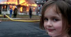 Emlékszel az égő ház előtt álló ördögi mosolyú kislányra? 21 éves és jól keresett a képpel