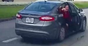A nő kiugrott a haladó járműből, hogy megszökjön erőszakoskodója elől (USA)
