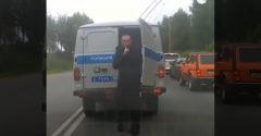 A letartóztatott férfi megpróbált észrevétlen elszökni (Légyszi, ne köpjetek be!)