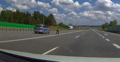 Az autópálya kellős közepén állították meg a rendőrök. Csak egy hajszálon múlott az ütközés