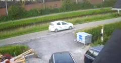 A szűk úton egy tökéletes kikerülős manővert hajtott végre. (Autó vs. kamion)