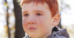 A 3 éves vörös kisgyermeket sokat bántották, durván megalázták. A kisfiú reakciója szívszorító.