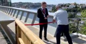 Egy norvég férfi ellopta a polgármester megtisztelő feladatát. Átvágta a szalagot és simán elsétált