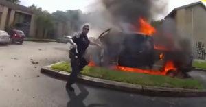 A rendőr egy égő autóból mentette ki a benne ülő férfit. (A nap hőse)