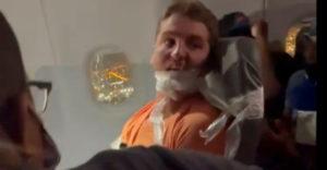 Zaklatta a légiutas-kísérőket, ezért az üléséhez ragasztottak egy amerikai férfit