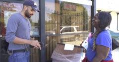 A hajléktalan nőnek adtak egy köteg pénzt és figyelték, hogy mit fog tenni. Megdöbbentek azon, hogy mire költötte